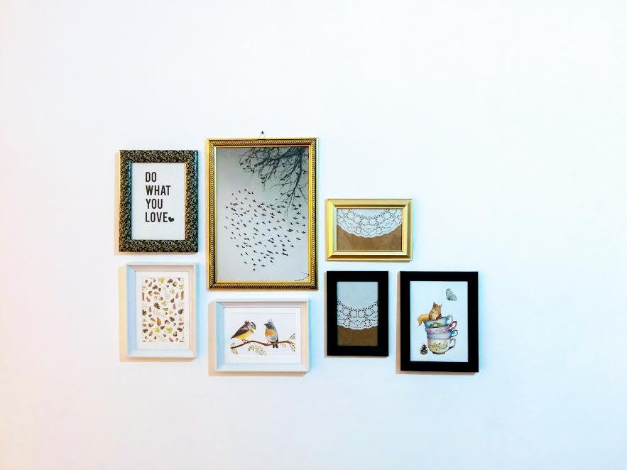 קיר גלריה עם תמונות של mishkastudio
